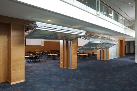 porte relevante bifold - porte pliante relevante pose en intérieur